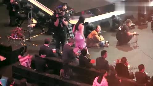 迪丽热巴要上台领奖前,杨幂对她做的这一举动好暖心,不愧是师姐