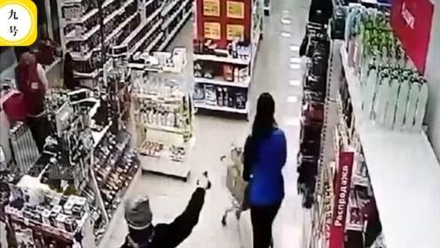 男子持枪进店打劫却遭所有人忽视,无人理会场面尴尬