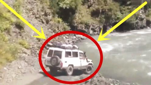 老司机真是艺高人胆大,这么深的河加足油门就冲,命都不在乎了!