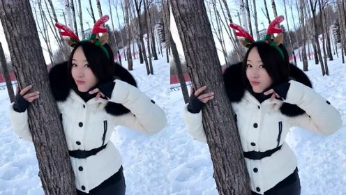48岁杨钰莹罕见晒近照,戴鹿角坐雪地卖萌,少女感十足