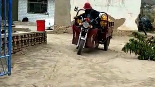 女子回娘家帮忙收玉米秀车技,三轮当成货车开,上坡还能倒着来!