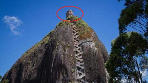 世上最陡峭的房子,建在10万吨巨石上,要爬650级梯子才能到达
