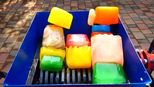 色彩斑斓的冰块放绞碎机上,慢慢绞碎的画面感觉真清凉!