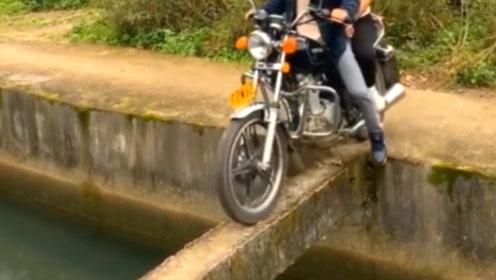 印度男子骑摩托车过独木桥,没想到更狠的还在后面,稍不留神小命不保!