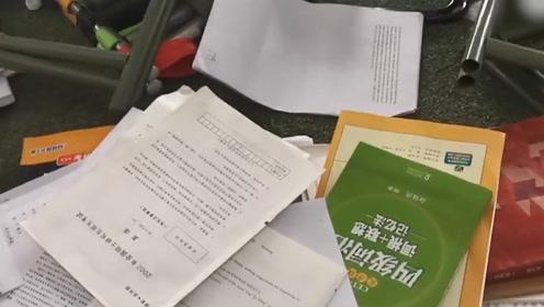 高校图书馆有领导检查把学生书凳扔一堆?学校:网传消息断章取义