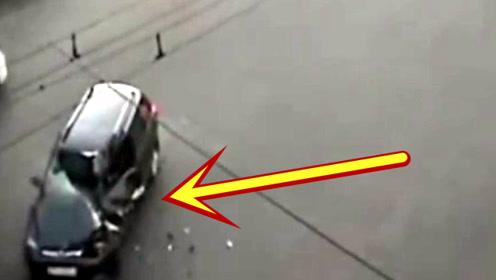 活了30年,头一次见摩托车把轿车司机给撞死的!