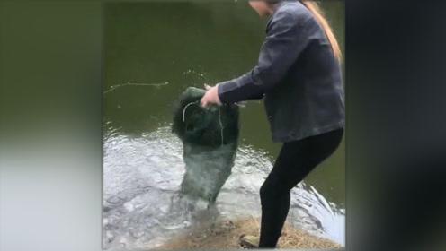 小姐姐户外抓黄鳝,没想到抓到一只大的!真是太高兴了!