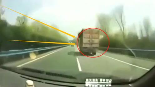 """女司机撞翻大货车,一句""""不该打电话""""气翻货车司机,网友:啥牌子的汽车?"""