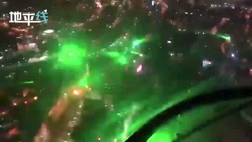 """智利大批示威者用镭射光""""闪瞎""""飞行员 一片绿光宛如蹦迪现场"""