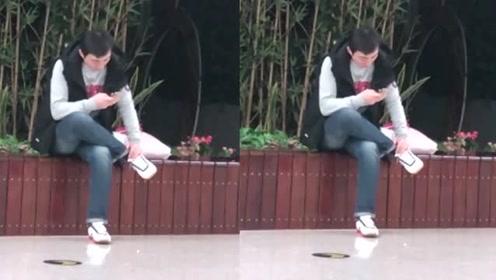 王思聪被限制消费后首现身,没女网红陪伴,孤独的坐在路边玩手机