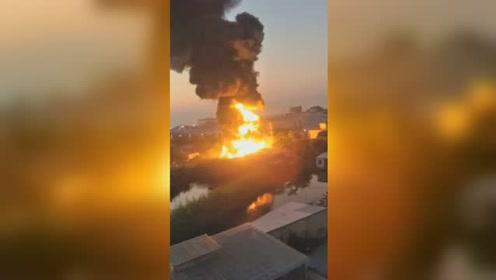 佛山顺德一工业区大火 现场火势猛烈火苗窜十几米高