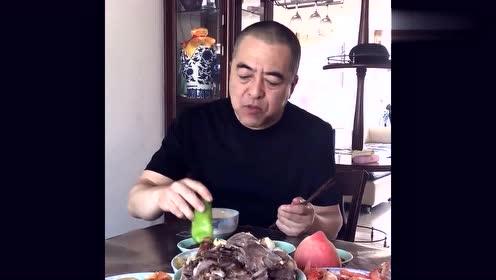 东北大哥吃家常菜,动作有点夸张,网友:筷子快捅到嗓子眼了!