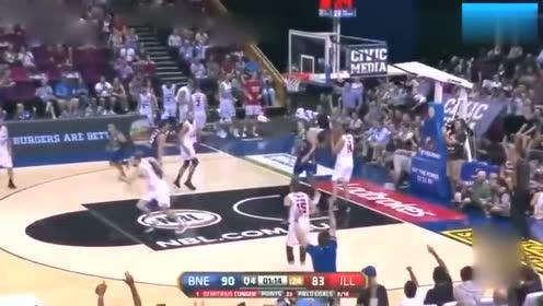 篮球高手神操作滑倒后,继续运球重复晃倒两人
