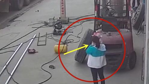 要不是监控拍下,谁会相信母子俩会经历这样的意外!