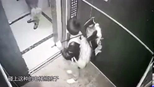 小两口走进电梯后,见无人做出这种事,镜头记录下全过程