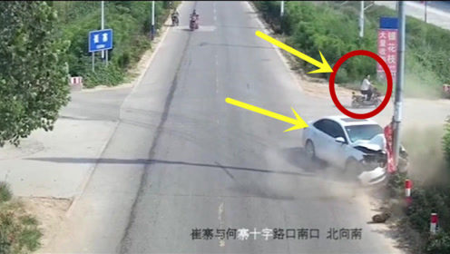 电动车女司机任性过马路,害惨视频车,淡定离去!