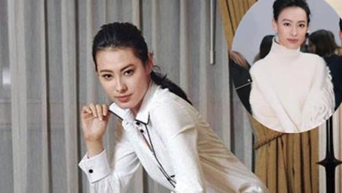 梁洛施气质真不是吹的 穿白色高领毛衣配百褶裙 满满的国际范
