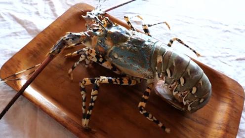 大叔开大排档处理彩虹龙虾,大刀切成刺身,一份卖2500