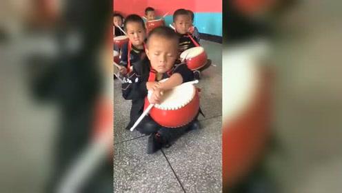 睡神附体!小男孩敲鼓时打瞌睡 同学打鼓都没醒