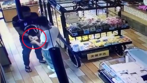 不是演戏!2男子蛋糕店内交易毒品 作案全程被曝光