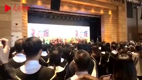 香港大学毕业典礼毕业生高唱国歌 现场震撼人心