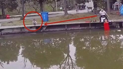 钓鱼大哥一个箭步跳进河里救人,妈妈急的岸边跺脚,好惊险!