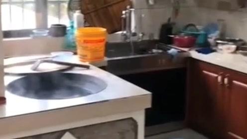同事家的厨房,为了婆媳关系和谐,这样的设计没谁了!