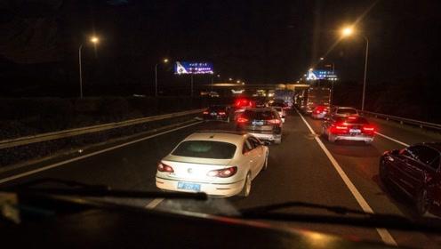 车主夜间跑高速,还和平时一样用近光灯?老司机:是不是嫌命大