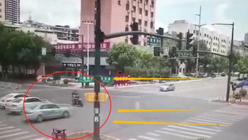 电动车男子作死闯红灯,瞬间被轿车撞飞5米,监控拍下恐怖3秒