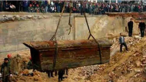 内蒙古工人采矿炸出一座古墓,疑似出土血棺,专家看后:快撤!