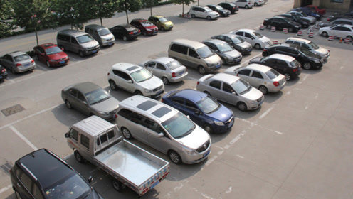 提醒刚买车的车主,不想停车被剐蹭就做好这几点