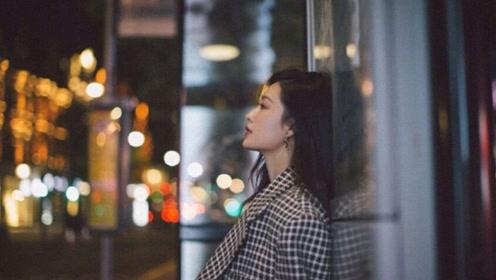 李沁穿格纹大衣漫步街头 尽显慵懒文艺范