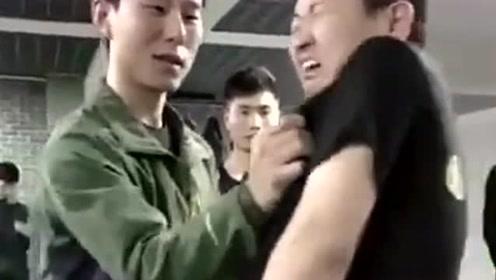 散打教练教学生如何防身,被示范的小哥哥叫声太逗,原谅我无情的笑了出来!