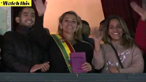 """玻利维亚反对派女议员自封""""临时总统""""手持圣经向支持者喊话"""