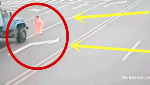 人渣!无耻大妈路口举动太疯狂,货车司机拼命抢救,监控记录可怕全程!