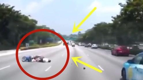 摩托车在车流中放飞自我,肆意变道,3秒后时间定格!