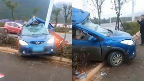 痛心!云南一小车冲上绿化带,灯杆刺穿驾驶室女司机当场死亡