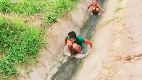 真羡慕这些村里小孩,一个小水沟就玩的不亦乐乎,城里的孩子体会不到!