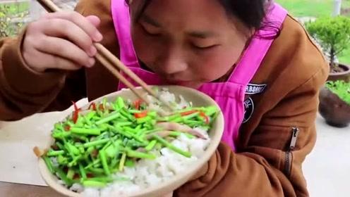 池塘里的这东西是个宝贝!胖妹下水拿了不少, 3斤米饭都吃光了!