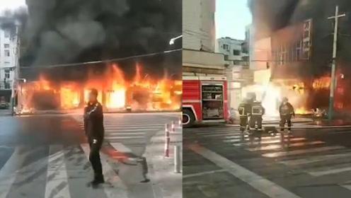 突发!安徽蚌埠一门面房起火 现场火势凶猛传来爆鸣声 已致5死3伤