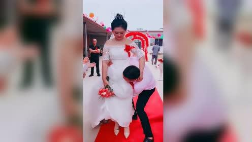 迎娶媳妇必须抱着上车婚礼!