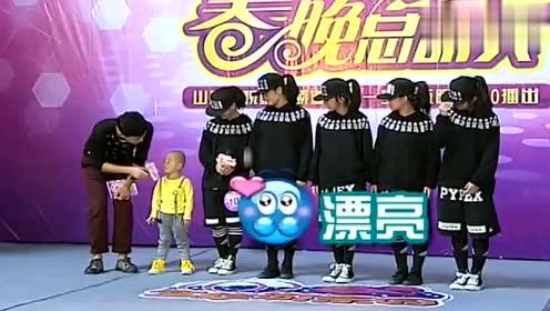 张峻豪跳舞PK五个姐姐,全场沸腾,《踏浪》广场舞嗨翻节目现场
