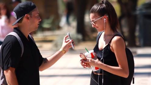 把陌生美女变成女朋友,小伙只用了一部手机,这也太牛了