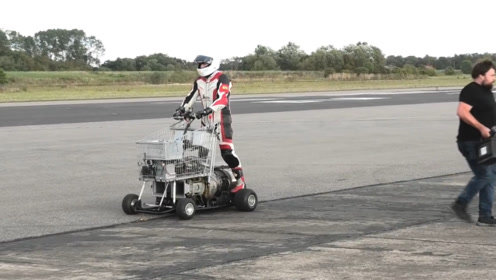 小哥把飞机引擎装在购物车上,这是想开飞车的节奏,看来很实用