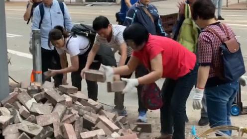 面对暴徒故意阻塞道路 香港市民挺身而出 戴手套走上街头自发清理路障