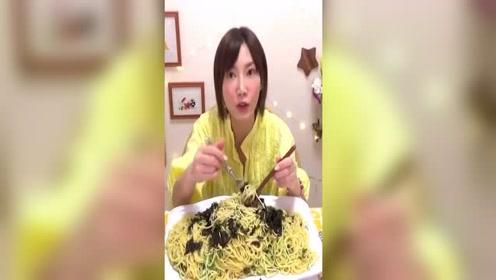 日本大胃王木下吃巨无霸炸鱼排,猪肉饼和棒棒虾蘸酱料!