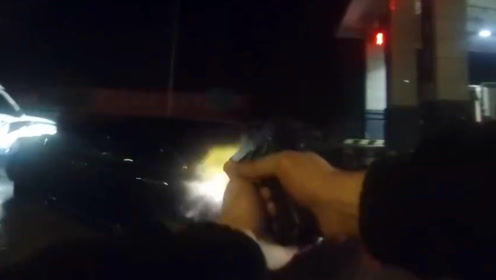 抓捕毒贩现场!毒贩驾车逃跑冲撞警车 民警持枪追击连续开枪