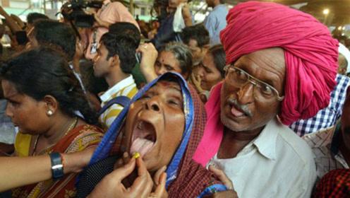 """病急乱投医,上千印度人排队吞""""活鱼""""治病,医生:我无语了!"""