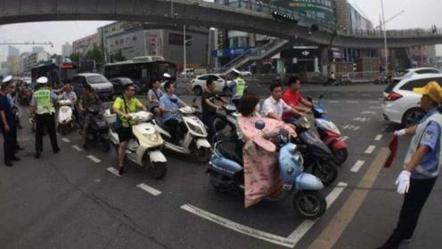 骑电动车到底要不要考驾照?看看这三类人是怎么说的?