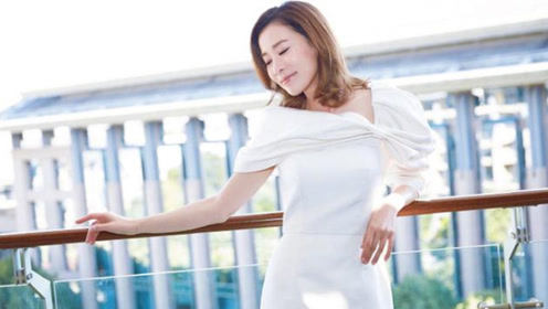 佘诗曼穿白色知性小礼裙 优雅倚栏闭眼甜笑状态佳